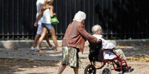 un-couple-de-retraites-se-promenent-dans-paris-en-aout-2013