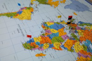 map monde et drapeaux