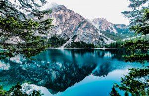 Une montagne et son lac