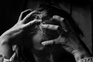 Une femme stresse