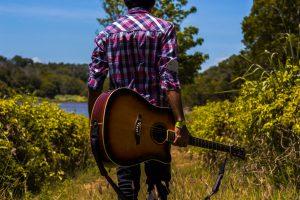 Un homme et sa guitare en campagne