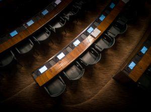 Sièges du parlement vides