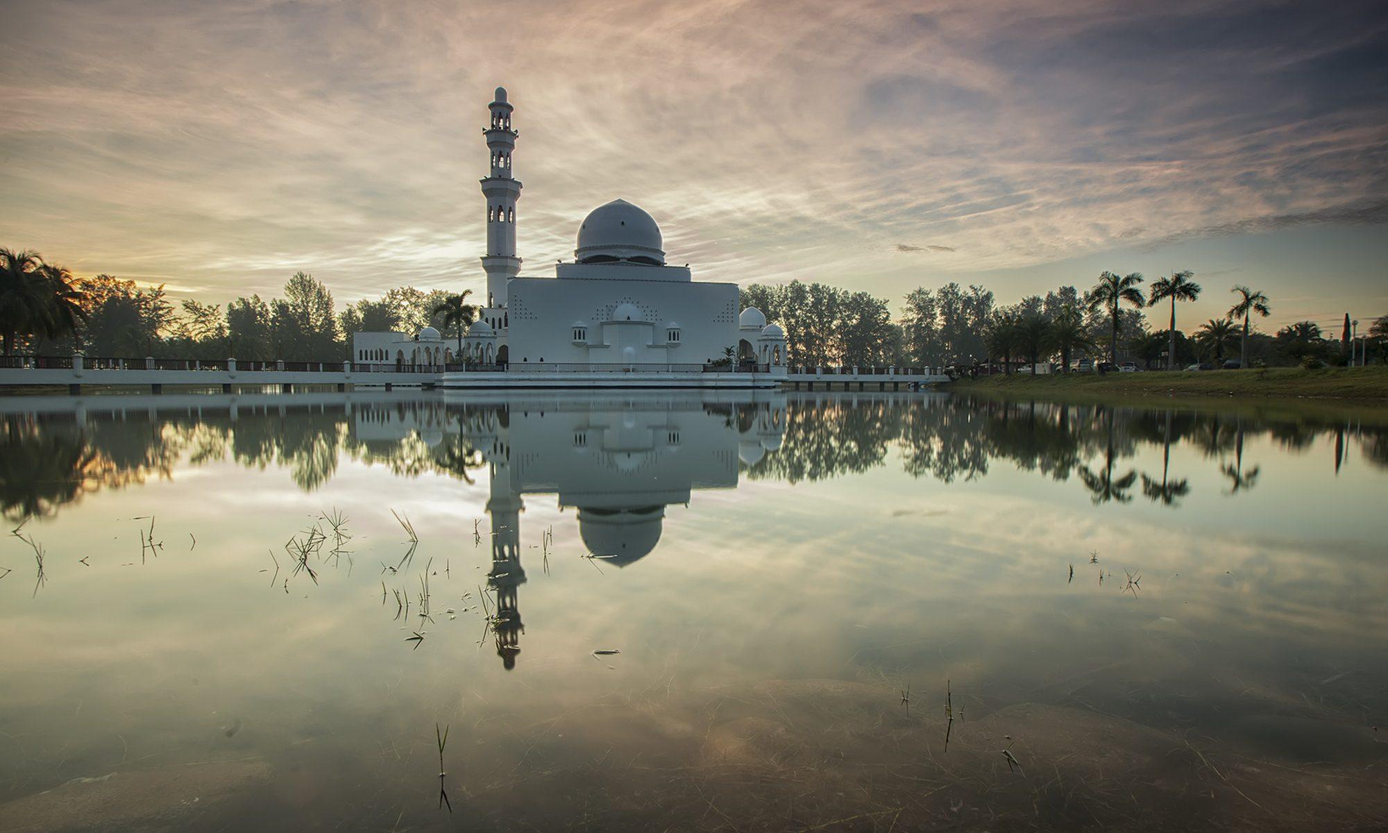 Mosquée devant un lac